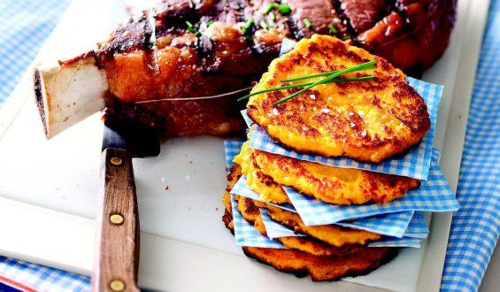 Côte de boeuf grillée au barbecue, galettes de maïs